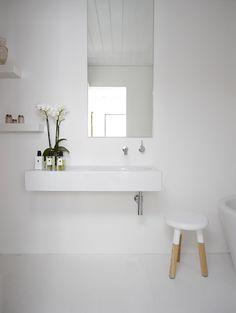 Baño de aspecto minimalista. Me gusta el espejo descentrado.