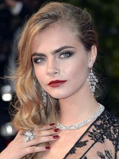 Cara Delevingne at Cannes Film Festival 2013 - premiere of The Great Gatsby. Prom Hairstyles, Celebrity Hairstyles, Pretty Hairstyles, Cara Delevingne, Side Swept Curls, Red Carpet Hair, Glamour Uk, Top Celebrities, Long Hair Cuts