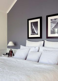 SKIFERGRÅTT: Veggene på soverommet er malt med Jotun Lady Grå Skifer 1462. Martitime bilder på veggen, lyse puter go sengeteppe understreker den gjennomførte stilen.