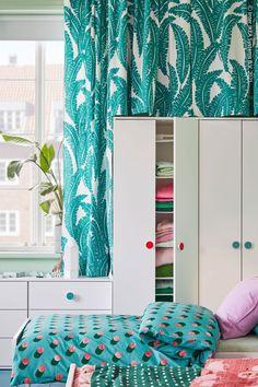 Till GODISHUS klädskåp medföljer färgglada klistermärken som hjälper till att märka upp lådor och dörrar – perfekt i ett delat barnrum! GODISHUS Klädskåp, vit, UGGLEMOTT Metervara, vit/turkos, GRACIÖS Påslakan 1 örngott, prickar/rosa turkos. Modern Bedroom Furniture, Clean Design, Wall Shelves, Decoration, Pillow Cases, Kids Room, Vit, Personal Space, Bed Frames