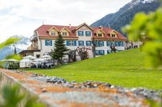Hotel Meisser Guarda - Tagungslocation in Guarda Mansions, House Styles, Home Decor, Diner Menu, Getting Married, Nice Asses, Decoration Home, Manor Houses, Room Decor