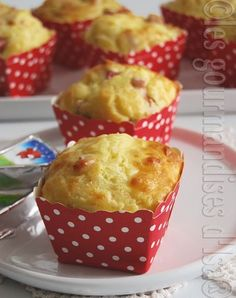 1 cup + 2 tablespoons g) flour 2 and teaspoons baking powder 3 eggs 130 ml of warm milk 80 ml of sunflower oil 1 cup g) grated mozzarella 150 g ham into small cubes 8 Laughing Cow Box Cake Recipes, Muffin Tin Recipes, Strawberry Cake Recipes, Healthy Cake Recipes, Sheet Cake Recipes, Sponge Cake Recipes, Homemade Cake Recipes, Petit Cake, Finger Food Appetizers