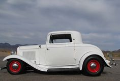 Your basic standard issue 32 Ford, not! Classic Hot Rod, Classic Cars, Vintage Cars, Antique Cars, Cool Car Pictures, Car Man Cave, 1932 Ford, Cool Sports Cars, Old Fords