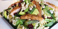 Salaten med det hele: Pasta, lyserød laks og strålende grøntsager.