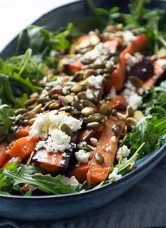 Bagte gulerødder med rucola og feta i en skøn salat - få opskrift her