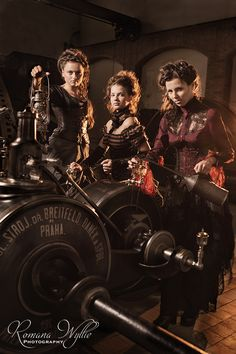 Steampunk its more than an aesthetic style, it's the longing for the past that never was. In Steampunk Girls we display professional pictures, and illustrations of Steampunk, Dieselpunk and other anachronistic 'punks. Some cosplay too! Steampunk Couture, Steampunk Design, Steampunk Fashion, Steampunk Images, Steampunk Outfits, Neo Victorian, Victorian Steampunk, Steampunk Book, Cyberpunk