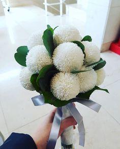 동글동글 러블리한 울 신부님께 딱 어울리는 부케 #화이트퐁퐁 #퐁퐁부케 #겨울부케 #겨울부케추천 #퐁퐁국화 #벨라인드레스부케 #본식체크 #웨딩플래너 #본식부케 #본식부케추천 #동행플래너 Flowers Nature, Diy Flowers, Flower Decorations, Beautiful Flowers, Small Wedding Bouquets, Flower Bouquet Wedding, Floral Bouquets, Crysanthemum, Hand Bouquet