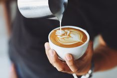 Confused between the various coffee drinks? Here are the subtle or basic differences to keep an eye on between cappuccino, latte, mocha and macchiato. Café Bulletproof, Barista, Coffee Stock, Coffee Facts, Best Coffee Shop, Best Espresso, Coffee Health Benefits, Latte Art, Coffee Recipes