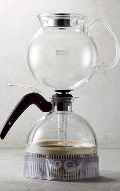 Explore the fascinating art of vacuum brewing with the Bodum Pebo Vacuum Coffee Maker. The coffee grounds, water, and filter are completely vacuum-sealed to trap and preserve the aroma of your coffee. In addition, the brewing time and temperature are perfectly calibrated, ensuring a perfect cup of coffee with each brew.