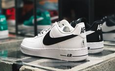 "Nike Air Force 1 Low NBA Pack ""White & Black"" inherited the AF1 low back shoes type retro dress, leather texture and delicate grade, shoelace to NIKE words covered, followed by not only AF1 embroidery, also showed the NBA LOGO."
