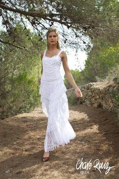 89133473cc Guipures y diferentes blondas adornan los vestidos de novia de Charo Ruiz.
