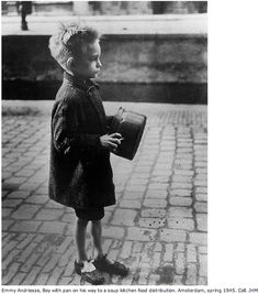 Emmy Andriesse Photographie juive d'Amsterdam, Guerre et Libération .. garçon juif avec un pot sur son chemin à une soupe populaire dans le quartier juif d'Amsterdam