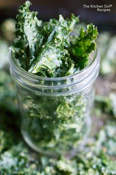 Green kale chips will be loved by both children and adults. Prepare yourselves quick and healthy snacks for grownups and kids — crunchy green kale chips. Green chips are an excellent substitute for unhealthy snacks full of salt and additives. Chips Kale, Roasted Kale Chips, Making Kale Chips, Vegan Chips, Avocado Chips, Potato Chips, Low Carb Protein, Protein Snacks, Healthy Snacks