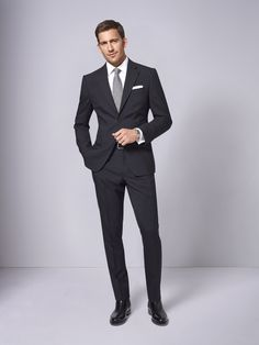 Men in Black. Ein Anzug nach Maß muss nicht unerschwinglich sein. Den schmalgeschnittenen Zweiknopf-Einreiher gibt es bei DOLZER bereits ab 299,00 Euro. Zu dem Klassiker empfehlen wir ein ebenso zeitloses weißes Hemd.