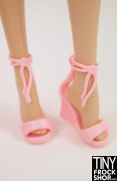 Disco look to these wedge heels with ties at top. Closes around ankles with plastic peg. Pull on strap if they seem a bit small and strap will stretch to fit onto plastic peg - should fit all Barbies.