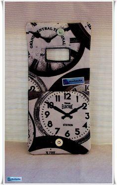 Soporte para el cargador del móvil con estampado de relojes. Porque mirar continuamente la hora es una manía que muchos compartimos.  Jiji.
