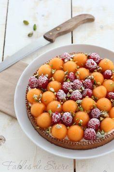 Crostata al melone, lamponi e pistacchi. Base croccante di frolla, una crema delicata e senza uova per accogliere tutto il gusto della frutta fresca.