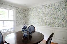 How To Apply Wallpaper Around A Corner How To Apply Wallpaper, Wallpaper Patterns, Wallpaper Paste, Wallpaper Installation, Feminine Home Offices, Easy Jobs, Minimalism, New Homes, Corner