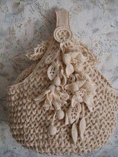 Olá! As flores que enfeitam esta bolsa são lindas! Espero que gostem! Bjus!!