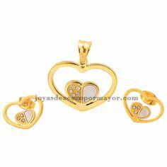 Conjunto dorado con dije en forma de corazón sosteniendo un corazón pequeño mitad dorado y mitad nacar