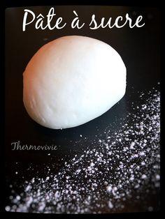 Pâte à sucre au thermomix 500 g de sucre  250 g de chamallows (que vous pouvez réaliser vous même avec cette recette: http://thermovivie.overblog.com/2014/11/chamallow-ou-petites-guimauves-au-thermomix.html  1 cuillère à soupe d'eau (j'ai préféré de l'eau de fleur d'oranger, mais vous pouvez également utiliser de l'eau de rose, ou tout simplement de l'eau)  du colorant alimentaire (facultatif)  du film alimentaire  du sucre glace