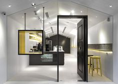 Les Bebes Cupcakery by J.C. Architecture  Me encantan estos diseños futuristas -minimalistas donde se tiene lo justo y necesario. Sin distracción ninguna.
