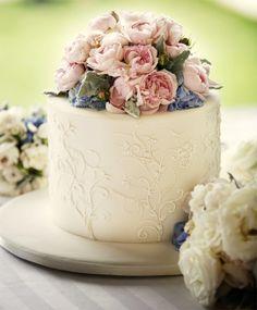 Свадебный торт с живыми цветами фото