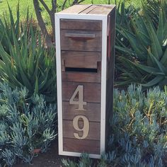 Build your own modern mailbox using planks of redwood. New Mailbox, Modern Mailbox, Mailbox Post, Mailbox Ideas, Outdoor Projects, Home Projects, Cool Mailboxes, Mailbox Landscaping, Landscaping Jobs