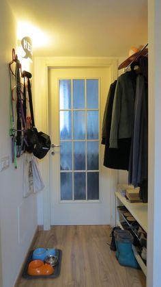 ingresso super oregaizzato: tra la porta d'ingresso e il bagno abbiamo creato un piccolo spogliatoio con appendini, panca per le scarpe…e zona pappa per le gatte