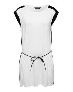 Das leichte Dress von Eleven Paris zeigt sich mit straightem Schnitt. Der feine Bindegürtel bringt den Style auf Figur. Für einen angesagten Bodycon-Look sorgt das Black and White Design.