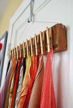 Bufandas en ganchos de ropa.