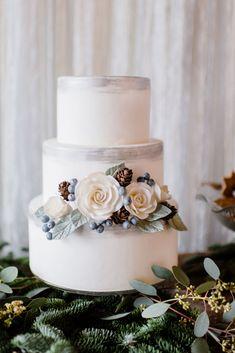 Prachtige bruidstaart van Sugerlips en een mooie inspiratie voor een winterhuwelijk! #winterwedding #weddingcake #DeLandgoederij   Brushed Silver || Photo by Alexandra Vonk