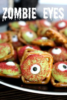 Zombie Eyeball Pretzels - Super easy and fun Halloween treat! #easyhalloweentreats #halloweendesserts