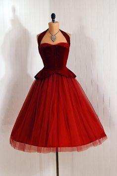 A Christmas dress ~ you can't go wrong with red Dress 1950s Fashion, Vintage Fashion, Club Fashion, Tulle Dress, Dress Up, Dress Skirt, Peplum Dress, Modelos Plus Size, Moda Vintage