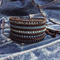 cadeia de 5 voltas de Cristal da Boémia de 3mm e Miyuki delica 11/0 tons de azul indigo em pele castanha de 1.5mm. (largura total +/- 3cm)
