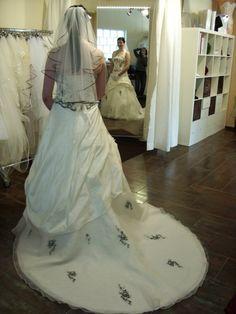 ♥ Traumhaftes Brautkleid in ivory mit dunkelblauen Applikationen ♥  Ansehen: http://www.brautboerse.de/brautkleid-verkaufen/traumhaftes-brautkleid-in-ivory-mit-dunkelblauen-applikationen/   #Brautkleider #Hochzeit #Wedding