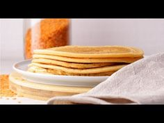 """Jsme hrozně nadšení, že vám můžeme ukázat tento recept. :) Ač jsou to jen placky, tak je to jeden z hrstky receptů na """"pečivo"""" které je opravdu zdravé, plné bílkovin a super snadné. Do placek můžete přidat půl lžičky soli a pepře, nebo půl lžičky soli a kurkumy - oboje vyzkoušeno a oboje doporučujeme. Pancakes, Food And Drink, Breakfast, Ethnic Recipes, Turmeric, Chef Recipes, Cooking, Morning Coffee, Pancake"""