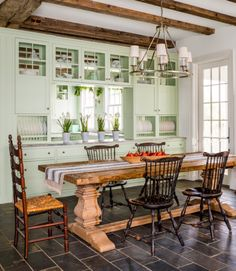 10 Ways to Add Old-Fashioned Charm to a New Kitchen For the ultimate farmhouse-style breakfast room, Debby mixed a hefty trestle-base table with antique ladder-back and Windsor chairs and a polished nickel chandelier that evokes equestrian tack supply. Vintage Kitchen Decor, Farmhouse Kitchen Decor, Farmhouse Table, Country Kitchen, Country Living, Modern Farmhouse, Dining Room Design, Dining Room Table, Dining Rooms