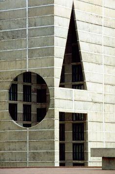 Louis Kahn, National Assembly in Dacca, Bangladesh, India. 1962 le style Louis Kahn : formes géométriques et béton brut