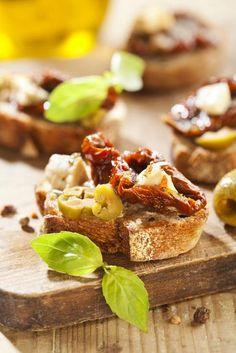Bruschetta mit getrockneten Tomaten Ciabatta, Bruschetta, Sandwiches, Cheese, Recipes, Finger Foods, Easy Meals, Food Food, Backen
