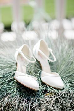 #bruidsschoenen #trouwschoenen #wit #bruiloft #trouwen #bruiloft #inspiratie #wedding #bridal #shoes #white #inspiration | Gekleurde trouwschoenen | ThePerfectWedding.nl | Photography: Rox and San