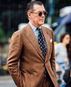 A brown suit and a white and blue striped dress shirt will showcase your sartorial self. Fashion Moda, Suit Fashion, Mens Fashion, Style Fashion, Der Gentleman, Gentleman Style, Dress Suits, Men Dress, Brown Suits