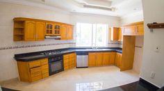 Lujosa y amplia casa en Isla alegre, dentro de Isla Dorada en la Zona Hotelera de Cancún. #CostaRealty Cocina.