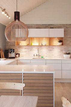 Er du til det varme & hyggelige look, vil du elske dette køk Happy Kitchen, New Kitchen, Kitchen Dining, Home Decor Kitchen, Kitchen Interior, Home Kitchens, Kitchen Cabinet Inspiration, Cuisines Design, Kitchenette