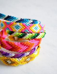 Prepare for summer with this easy friendship bracelets DIY jewelry tutorial. You can make this Four Color Chevron Friendship Bracelet for yourself or for your . Yarn Bracelets, Embroidery Bracelets, Ankle Bracelets, Summer Bracelets, Hippie Bracelets, Diy Friendship Bracelets Easy, Friendship Bracelet Patterns, Chevron Bracelet, Charms
