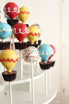What a cute way to decorate cakepops! Up theme party:) Hot air balloon spring themed dessert idea Cake Pops, Cake Pop Stands, Hot Air Balloon Cake, Air Ballon, Balloon Clouds, Balloon Party, Up Theme, Cute Cakes, Creative Cakes