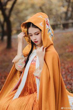 Lá úa rụng rơi phủ khắp đất trời, mịt mù gió rét, nhạt nhoà sương thu.  Đã mấy độ hè sang thu đến mà người đi tin vẫn hoài xa. Gót chinh nhân vốn đã quen kiếp sống bên sông hồ, bạn bầu cùng gươm giáo thì dám hỏi bao giờ người mới nhớ đến kẻ đang trông ngóng chốn cố hương ? #Thanhthanh Sexy Women, Women Wear, Chinese Clothing, Hanfu, Beautiful Asian Women, Female Portrait, Chinese Style, Traditional Dresses, Photo Sessions