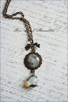 Opal Moon - delicata collana lunare con piccolo cabochon handmade e cristallo sfaccettato bianco opaco opalescente : Collane di hic-sunt-monstra