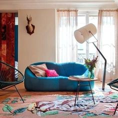 Shabby chic turquoise and pink living room. Ligne Roset, Shabby Chic Homes, Shabby Chic Decor, Marie Claire Deco, Pink Sofa, Living Room Remodel, Living Rooms, Bench With Storage, Stylish Home Decor