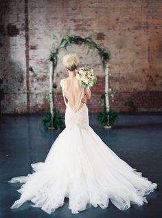 hermoso vestido de novia asirenado sin espalda con collares de perlas